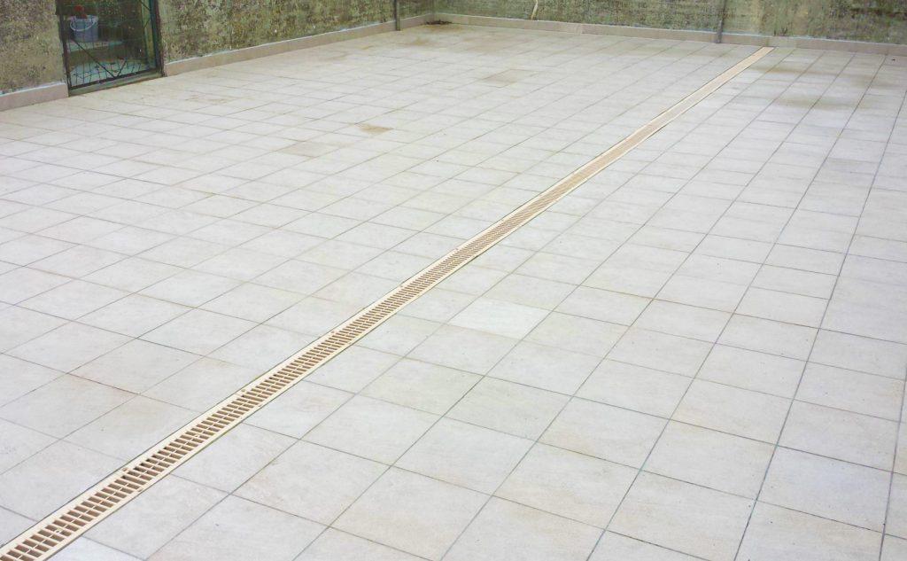 Pose de carrelage sur terrasse avec un caniveau central (Ludes)