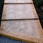 Béton imprimé escalier peau old granit et bordure en pavé napoléon